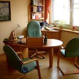 Schreibtisch im Sprechzimmer