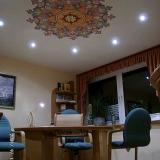 Sprechzimmer der Naturheilkundepraxis mit Deckenmandala